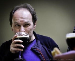 We can recognize Luc behind a dark Leffe... (photo : Paulus vanRooijen / frank viergever)